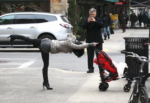 Soţia lui Alec Baldwin practică yoga în mijlocul străzii în poziţii incitante