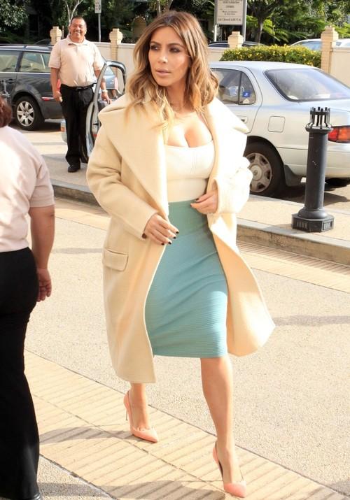 Cum porţi culorile neutre: Inspiră-te din stilul lui Kim Kardashian