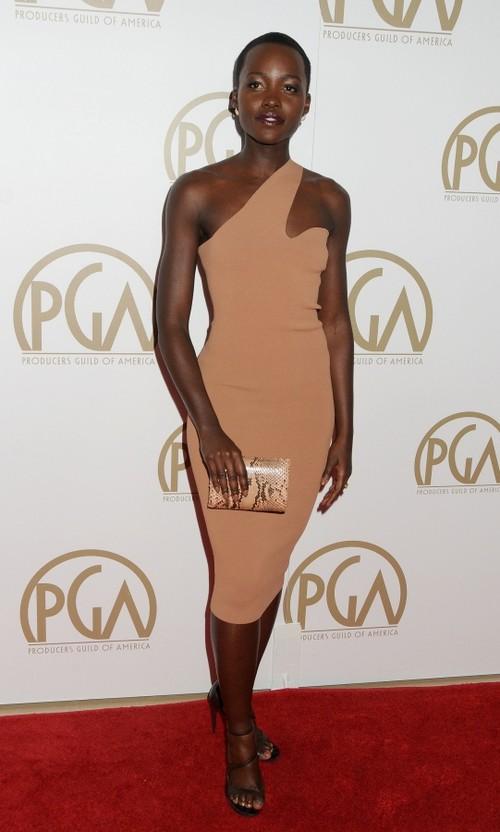 Stil de vedetă: Lupita N'yong'o, eleganţă şi frumuseţe în cele mai simple ţinute