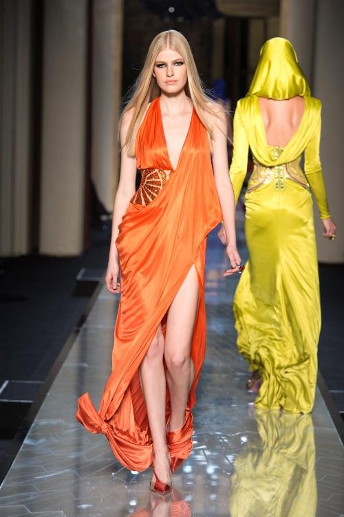 Iată ce creaţii îi propune Donatella Versace Reginei Marii Britanii!