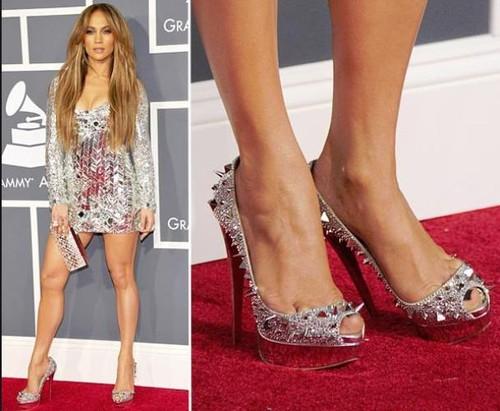 Situaţii de-a dreptul jenante! De ce poartă vedetele pantofi cu două numere mai mari?