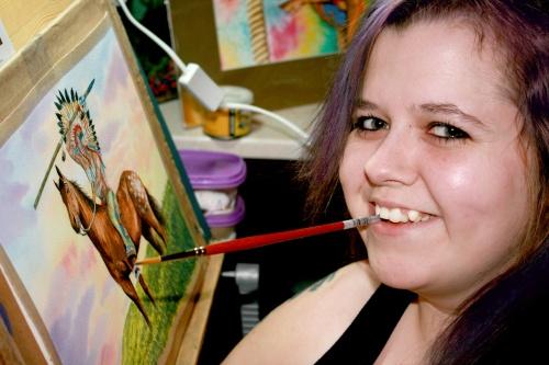 O tânără pictează incredibil de frumos cu gura. Vezi tablourile ei
