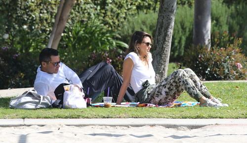 Jessica Alba, la picnic cu familia. Ce dulci sunt fetiţele ei! Foto