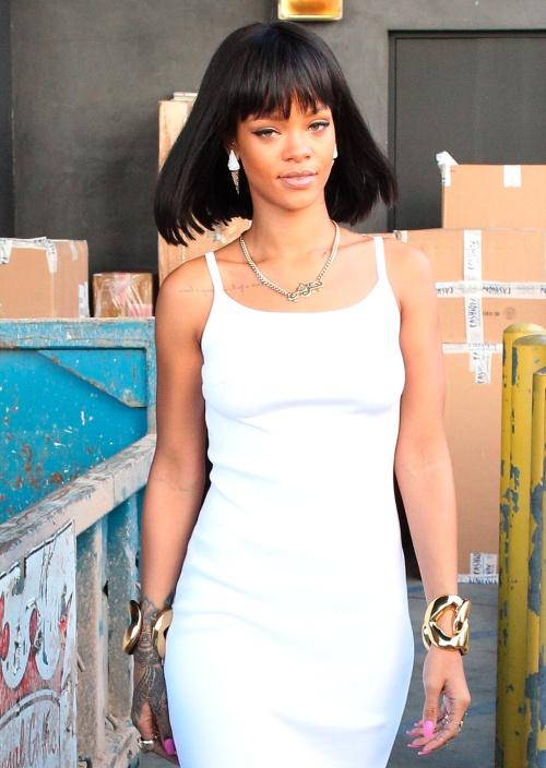 Rihanna, look de Cleopatra cu cercei simpatici. Îţi plac?