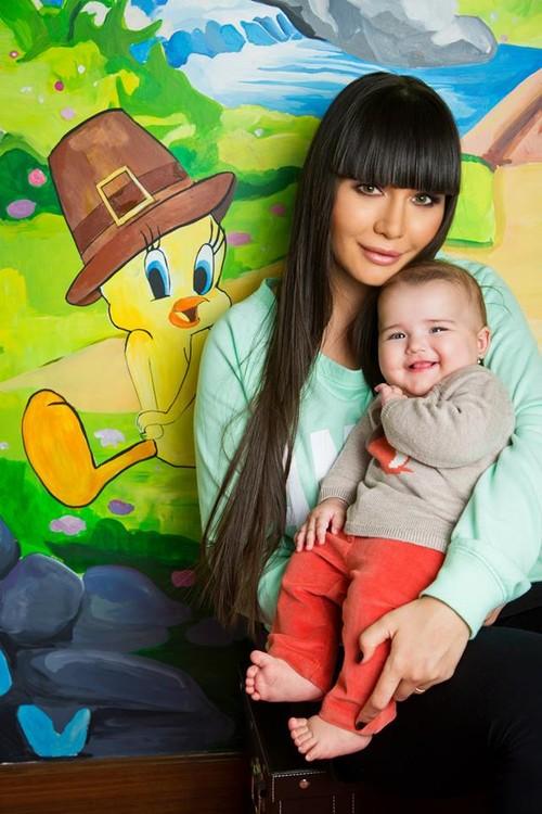 Cu cine seamănă nepoţica preşedintelui Traian Băsescu? Iată cât este de frumoasă Sofia Anais!