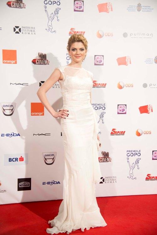 Uimitor! Vedetele poartă adevărate rochii de mireasă ca şi ţinute de seară!
