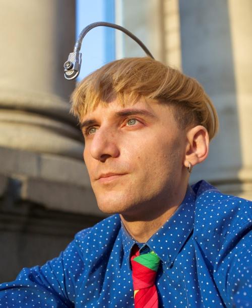 Bărbatul cyborg aude culorile printr-o antenă înfiptă în cap