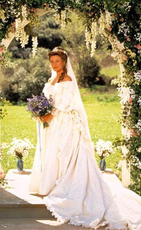 Îţi mai aminteşti cum arătau vedetele când s-au căsătorit în serialele anilor '90?