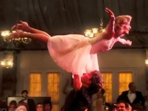 """Ţi-o mai aminteşti pe partenera lui Patrick Swayze din """"Dirty Dancing""""? Acum are 54 de ani şi a învins cancerul!"""