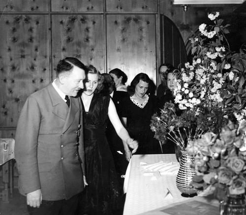 Incredibil! Soţia lui Adolf Hitler ar fi avut origini evreieşti!