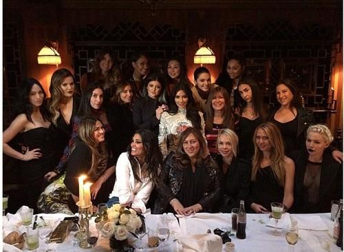 Kim Kardashian, rochie de 20.000 de dolari. Fotografii de la petrecerea burlăciţelor din Paris!