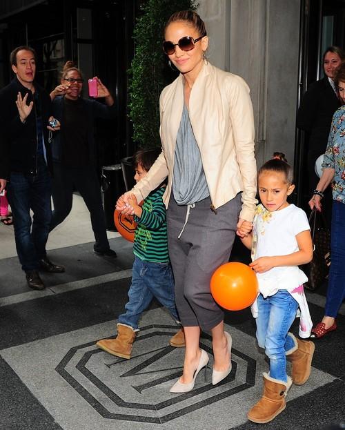 Îţi plac şalvarii? Cum îi porţi într-o ţinută urban chic ca Jennifer Lopez