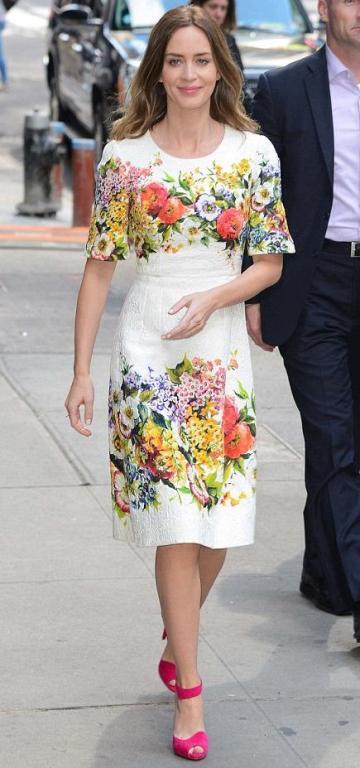 Must-have-ul verii: Rochiile cu imprimeuri florale colorate. Cum le poartă vedetele