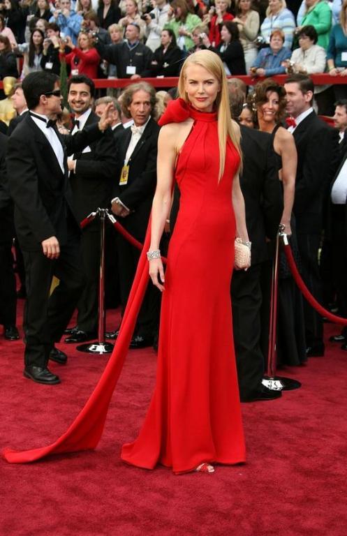 Incitantă şi seducătoare. Alege rochia roşie pentru a fi vedeta serii