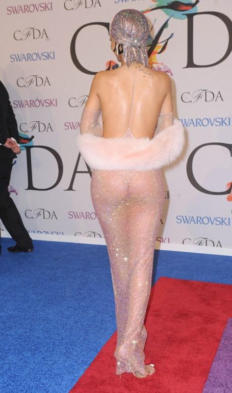 Rihanna, ţinută extrem de obraznică. A defilat aproape goală pe covorul roşu