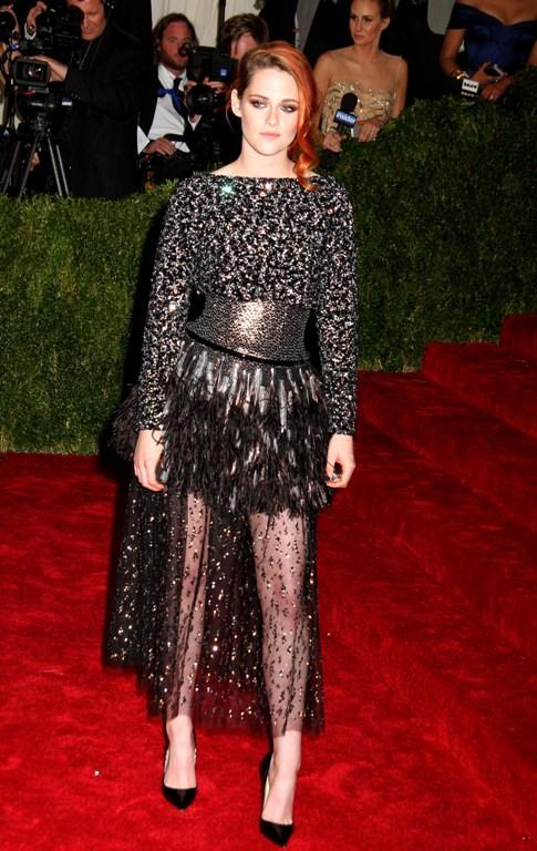 Tendinţele verii: rochiile cu fuste transparente. Vedetele le adoră!