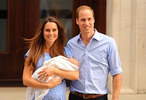 Prinţul George împlineşte astăzi un an. Iată-l cu părinţii lui în ipostaze inedite! Foto