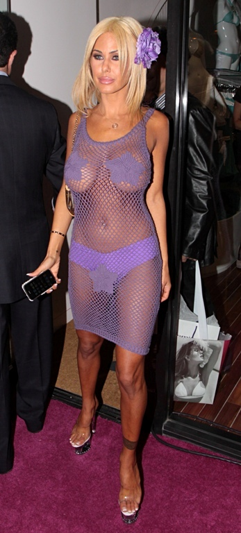 Maximă îndrăzneală! Vedete aproape dezbrăcate în rochii super-transparente