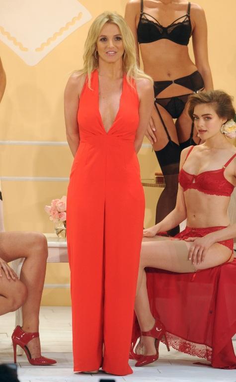Britney Spears a strălucit în creaţia unei românce la lansarea colecţiei de lenjerie intimă