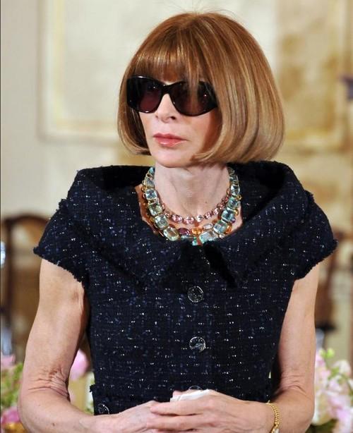 """Părul, ochelarii şi pantofii, ciudăţeniile """"Diavolului"""" de la Vogue. Nu le-a mai schimbat de peste 20 ani!"""