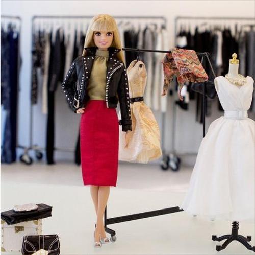 10 ţinute pentru orice fashionistă. Inspiră-te de la păpuşa Barbie modernă!