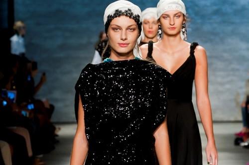 Designer român la Săptămâna Modei de la New York. A impresionat cu motivele populare! Foto