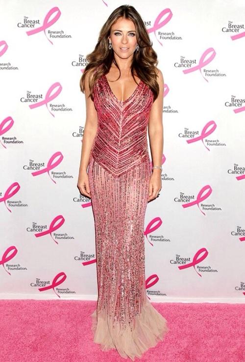 Elizabeth Hurley sau Elena Gheorghe? Cine a purtat mai bine această rochie?