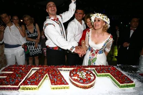 Prezentatoarea tv Roxana Iliescu, nuntă în stil tradiţional românesc | Foto