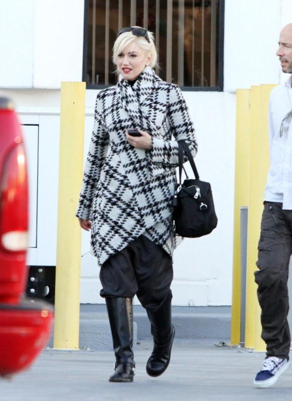 Gwen-Stefani-tinuta-alb-negru 1