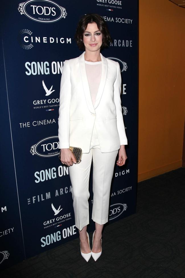 Anne-Hathaway-rochie-chic