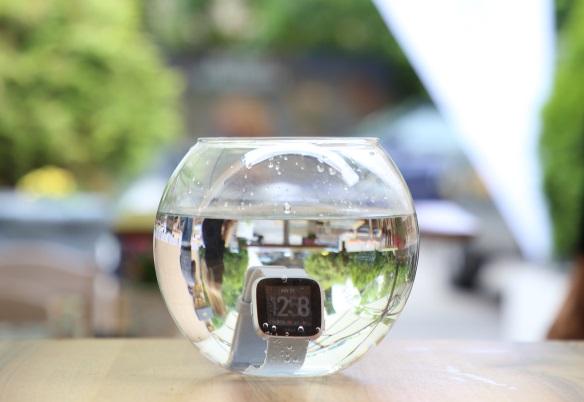 Fitbit_Versa in bol cu apa