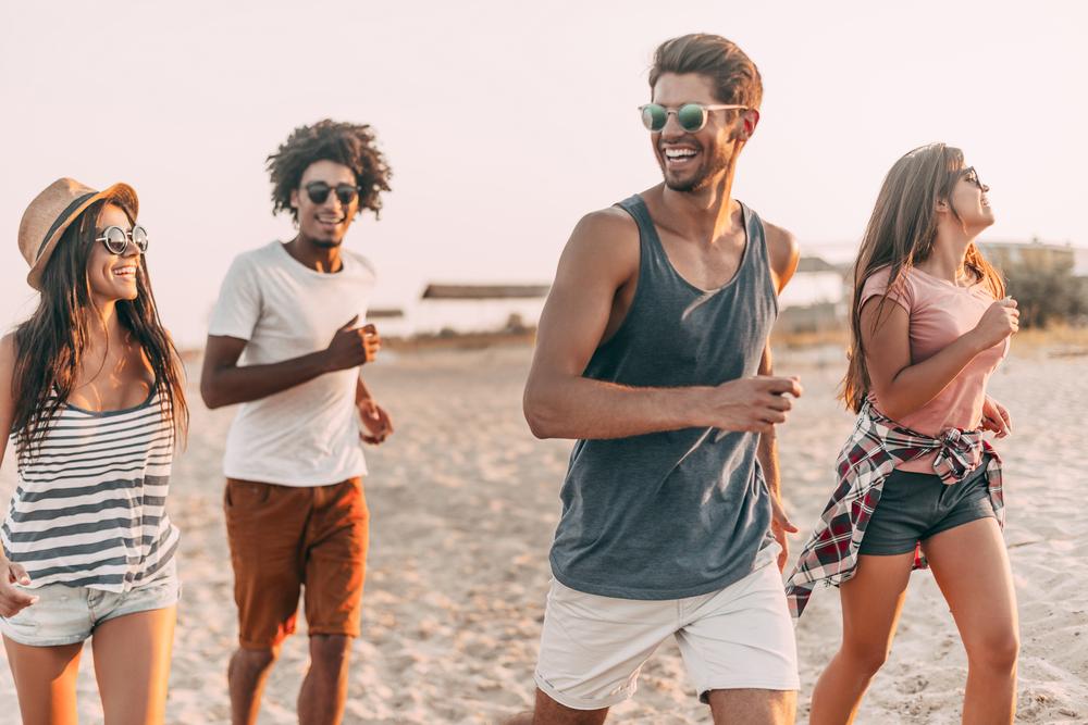 oameni-vacanta-plaja-mare-Cele mai fericite țări din lume au 4 lucruri în comun