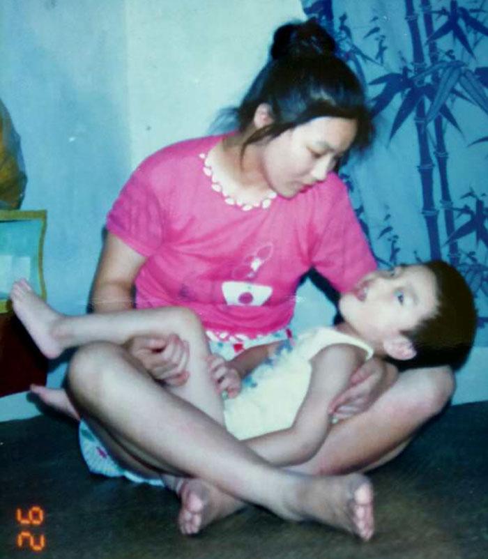 mama cu copilul in brate
