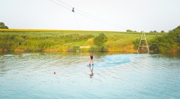 Raluka este dependentă de adrenalină. Cântăreața face wakeboarding!