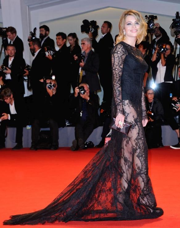 Alexandra Dinu, superbă pe covorul roșu la Festivalul de Film de la Veneția
