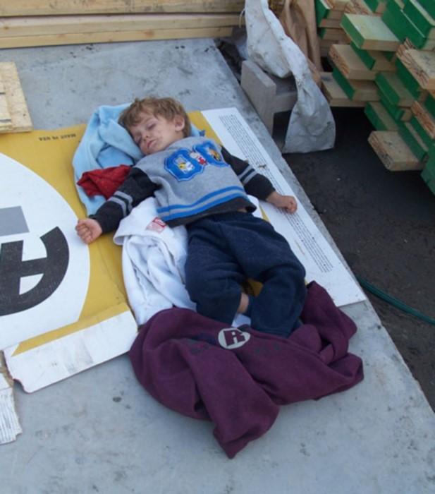 cara brookins construind casa, copiii dormeau pe santier