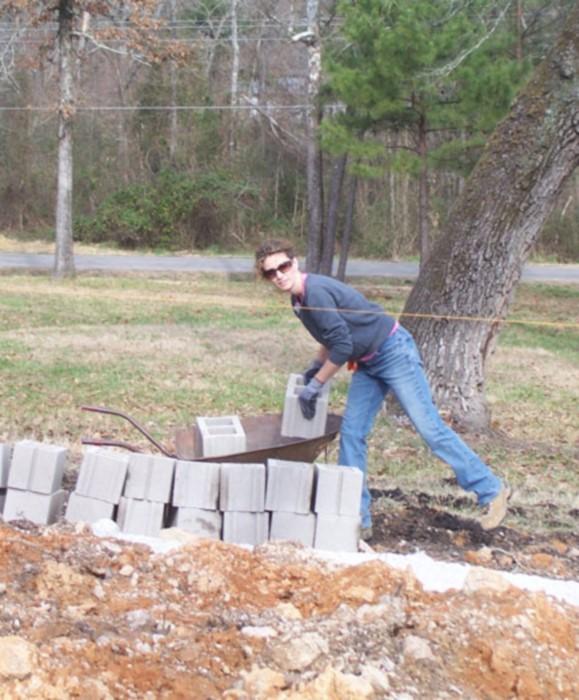 cara brookins construind casa singura