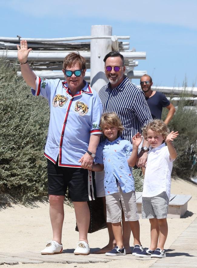 Elton John alaturi de sotul sau, David Furnish si cei doi copii, Zachary și Elijah