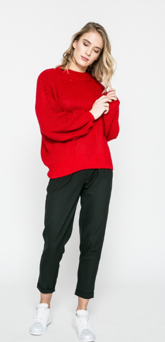 porți roșu cu ocazia noului an chinezesc. porți pulover roșu în noul an chinezesc
