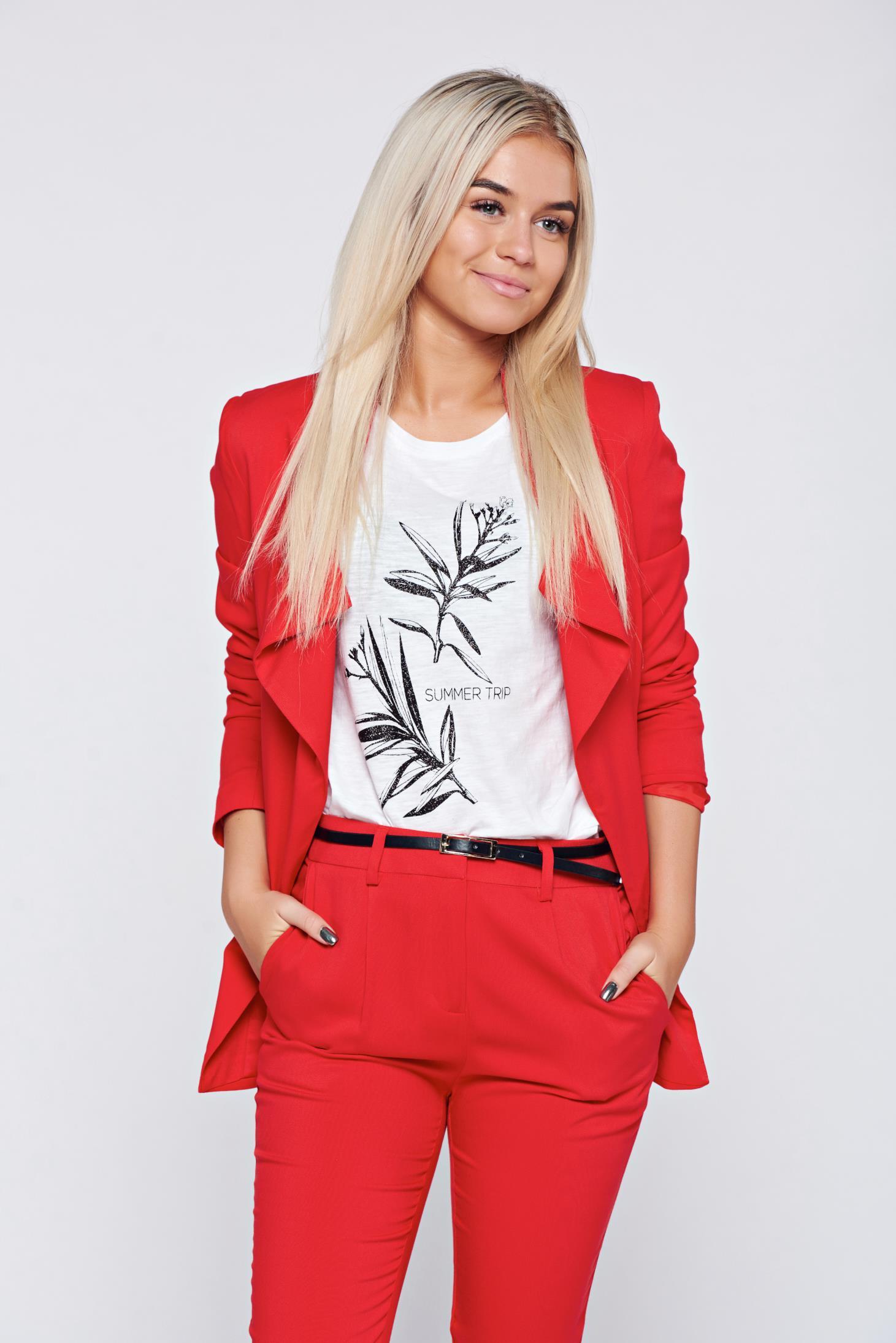porți roșu cu ocazia noului an chinezesc. porți sacou și pantaloni roșii la birou cu ocazia noului an chinezesc