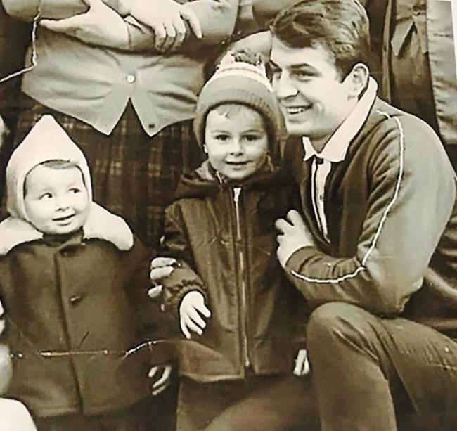 Mihaela Radulescu alaturi de fratele sau mai mare si de tatal sau