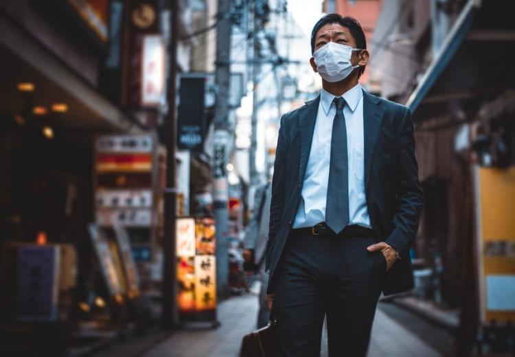 japonez cu masca chirurgicala