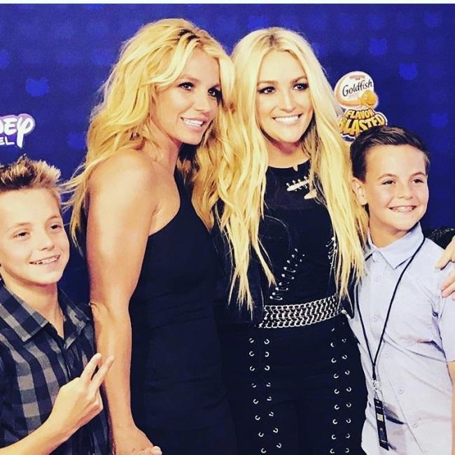 Britney Spears alaturi de sora sa, Jamie Spears , si de cei doi baieti ai sai