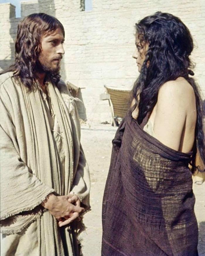 Iisus din Nazaret - claudia cardinale robert powell