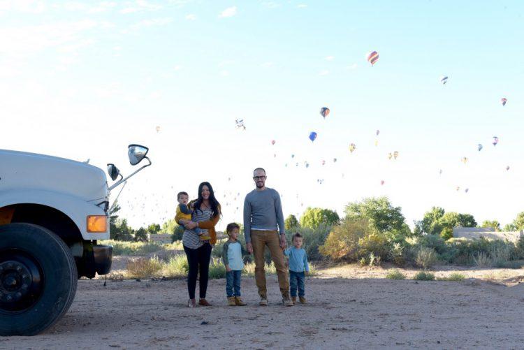 Cum arată familia care călătorește prin lume într-un autobuz școlar renovat