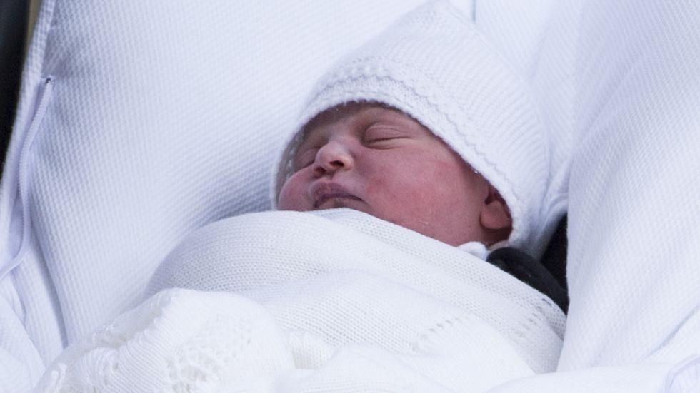 Bebelușul prințul Louis, îmbrăcat în alb, așezat în landou