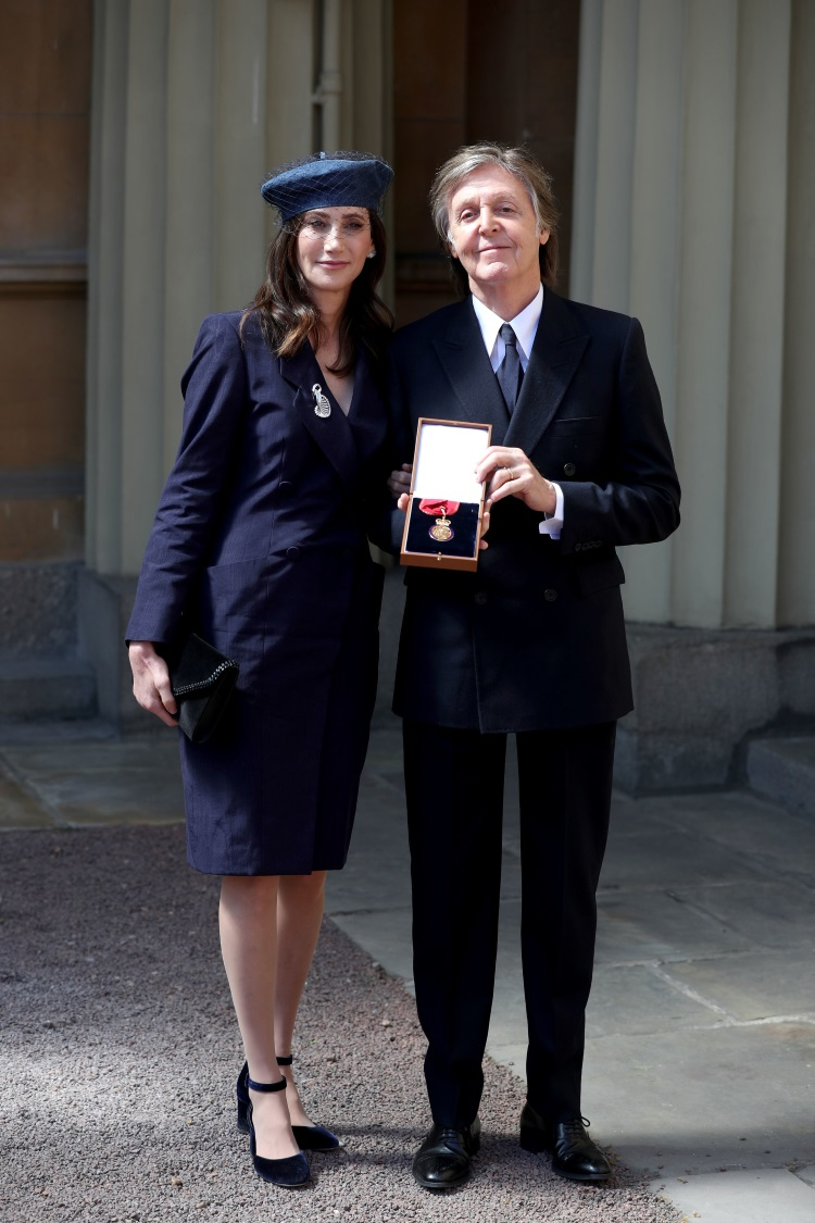 Muzicianul Paul McCartney a fost decorat de regina Angliei - Paul McCartney și Nancy Shevell arata decorația