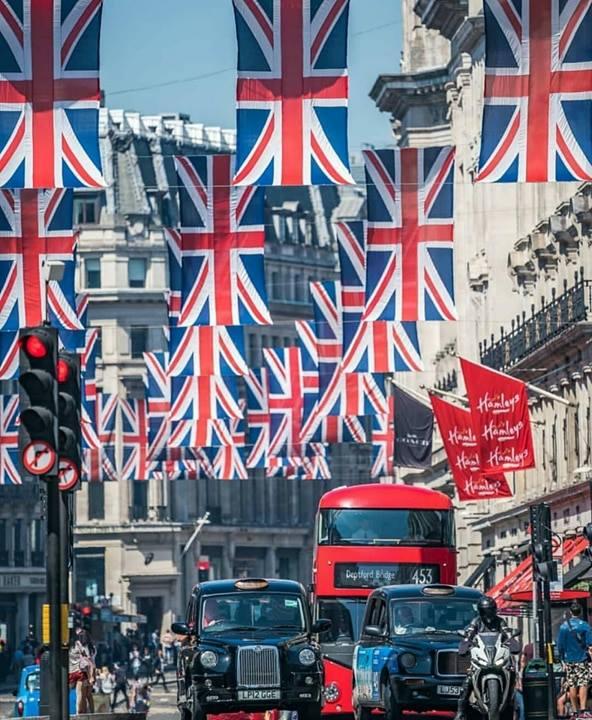 Plimbare prin Londra în ziua nunții regale. Ce suveniruri au găsit turiștii