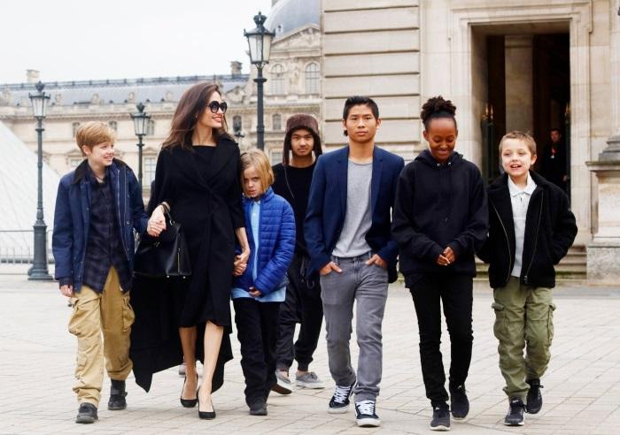 Angelina Jolie si cei 6 copii
