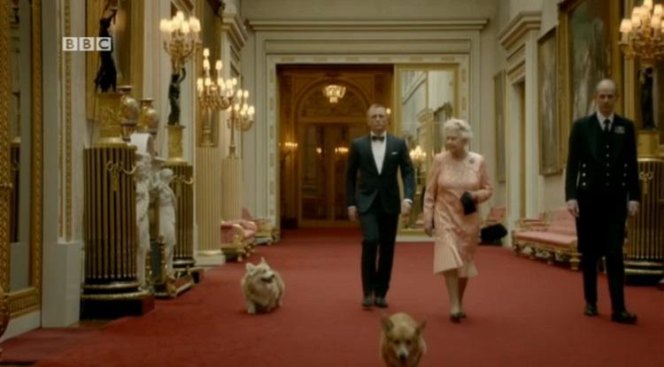 regina elisabeta, cainii ei si Daniel Craig